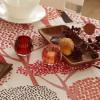 暖かい色合いのテーブルで過ごす秋の夜